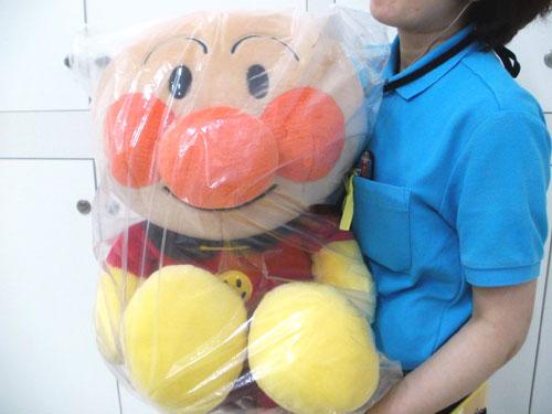 りんくう店の看板娘が抱っこしてもこんなに大きい!特大アンパンマン!!