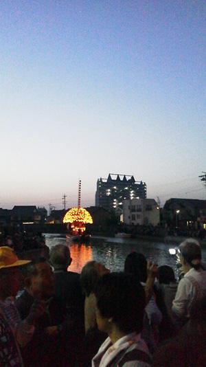 川に浮かぶ権丸の風景
