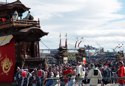 神前神社へ向う山車の風景