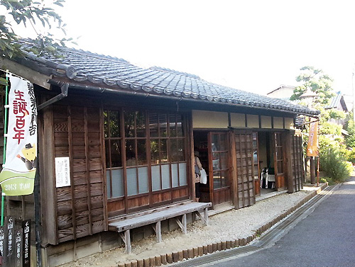 『新美南吉』が生まれた家です。