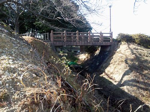橋の下のお堀には秘密が!?