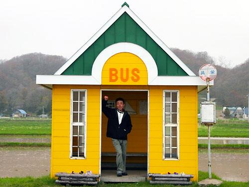バス待ちをする戸田次長…。