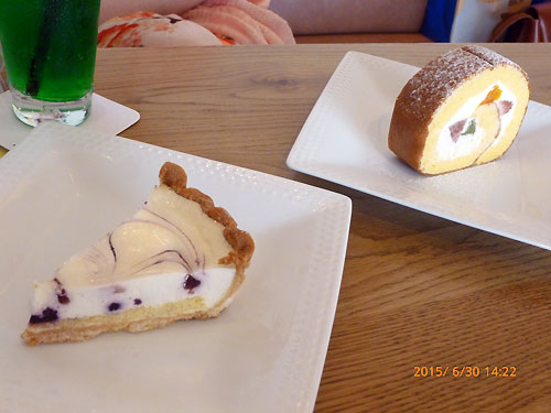 『フルーツロールケーキ』と『ブルーベリーレアチーズタルト』