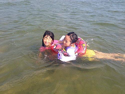 海で泳ぐ子供たち
