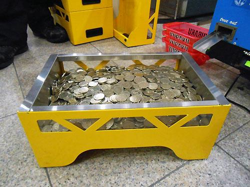 コインの詰まった箱