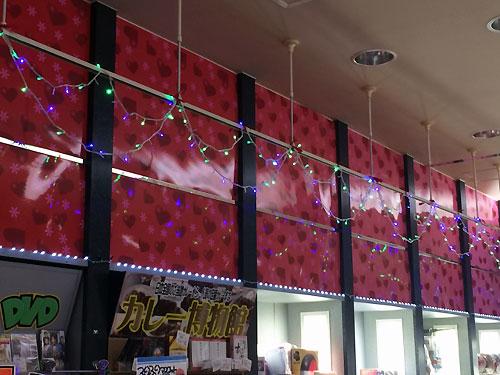 景品コーナーの上は2種類の電飾で飾り付け