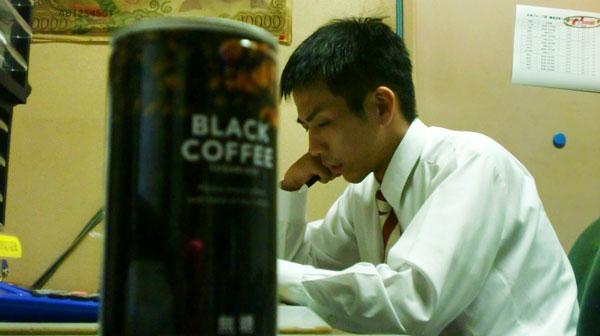 研究中の森本とブラックコーヒー