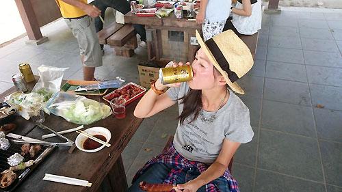 ビールを飲む武田さん