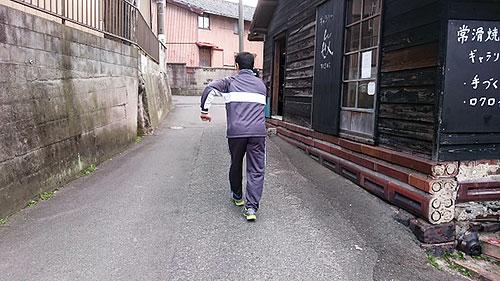走り去る久野さん。