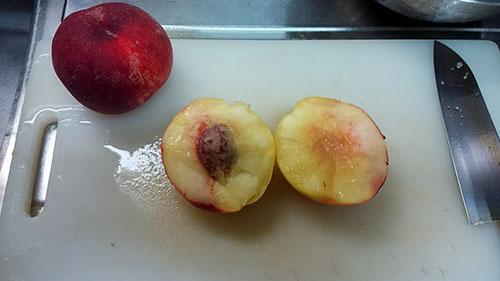 二つに割れた桃