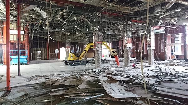 パチンココーナーの天井破壊!