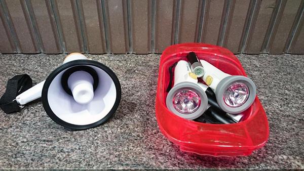 懐中電灯と拡声器