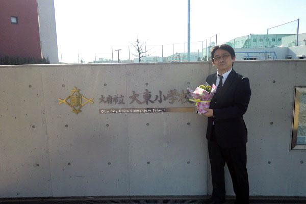 校門とお花と私
