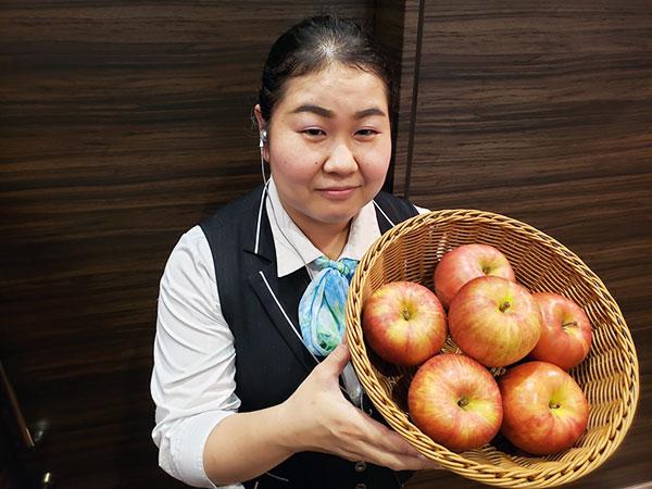 リンゴを持って