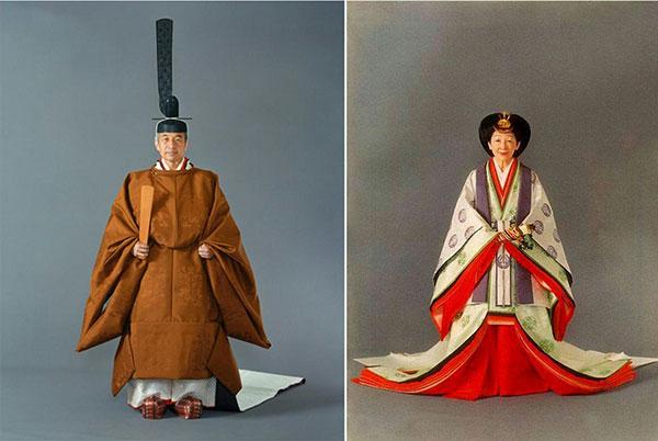 1990年(平成2年)、即位礼正殿の儀に際して御装束を着用する上皇陛下と上皇后陛下