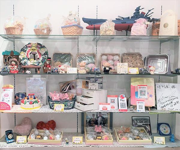紅白饅頭の商品棚