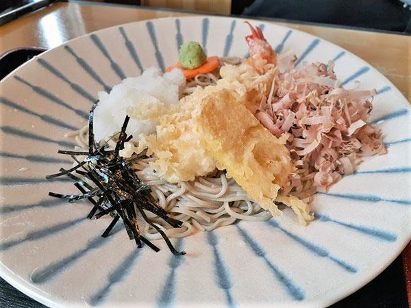 …海老とサツマイモの天ぷらが入っています。