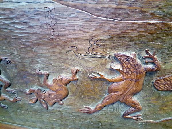 鳥獣戯画が彫られている つい立