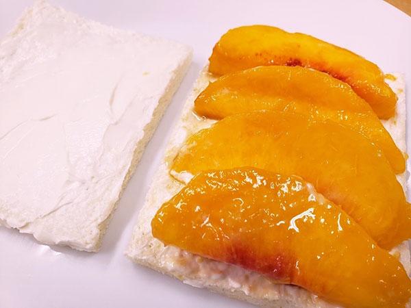 パンに並べた桃